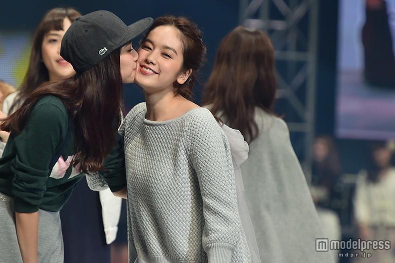 新川優愛&筧美和子ら、モデル同士でキュートなキス連発<神コレ2015A/W>