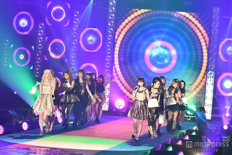 E-girls「GirlsAward」シークレット登場で「Follow Me」熱唱 クール&キュートな迫力ライブ