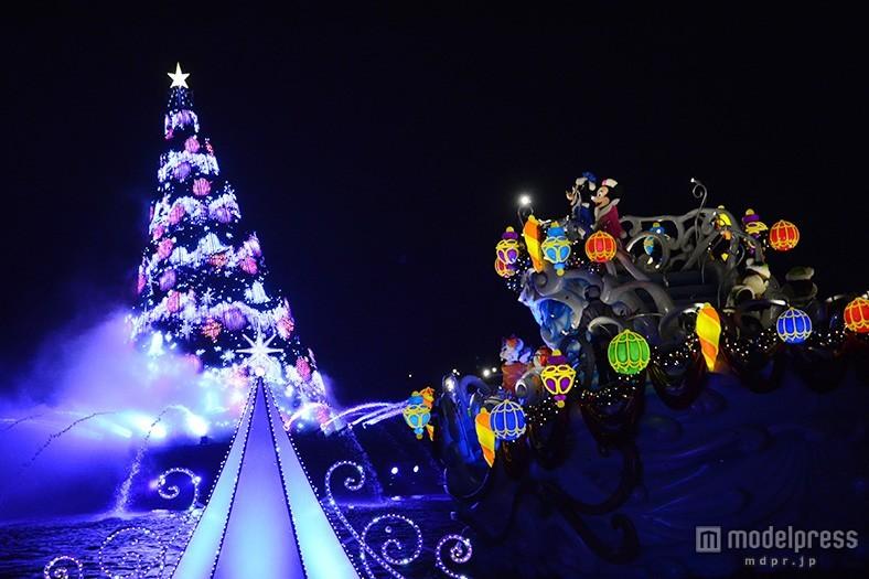 ディズニーシー、夜の水上に浮かぶ幻想的なツリー ロマンティックなクリスマスムードにうっとり