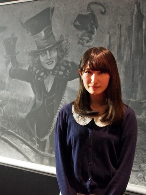 黒板アートで注目の画家・れなれな氏、アリスの世界描く