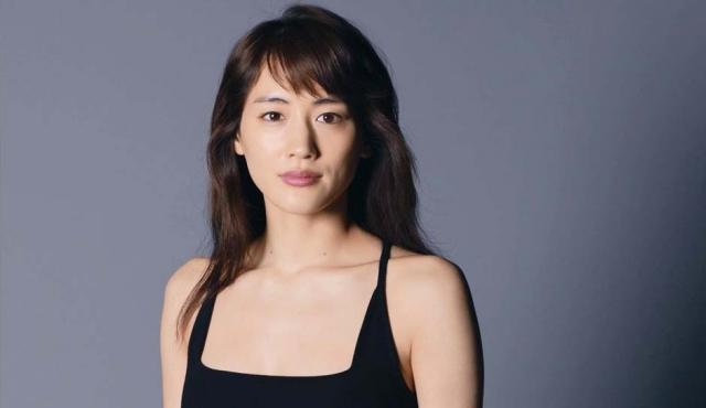鍛えられた美ボディのぞかせ… 綾瀬はるか、オトナの魅力と強さを表現