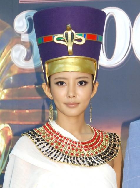 """夏菜 """"伝説の美女""""エジプト王妃姿に照れ 濃いメイクに「誰かわからない」"""