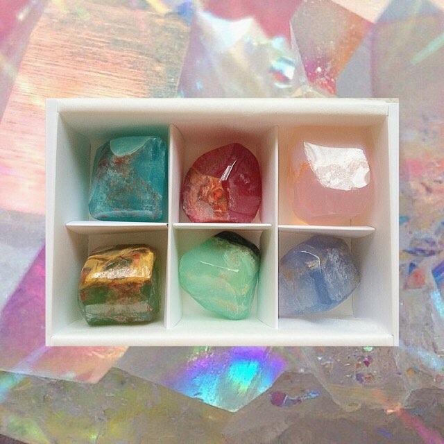 天然石で手元をキラキラしたい!!夏に輝く天然石ネイル。
