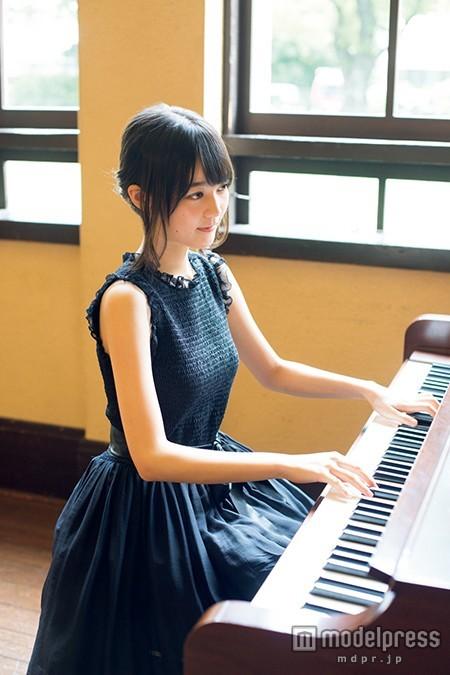 ピアノを弾いている生田絵梨花