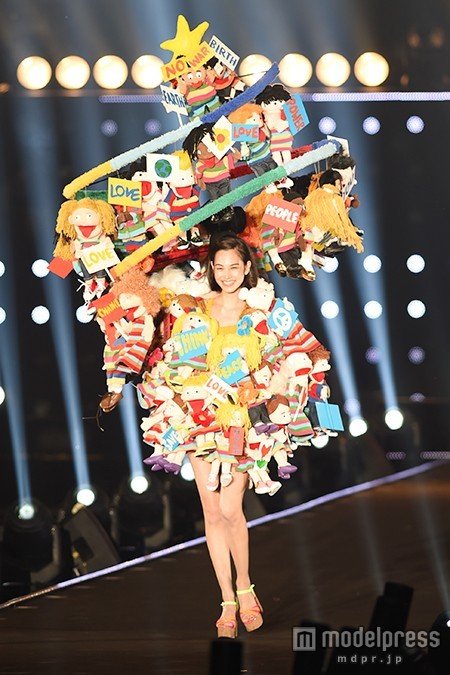 """水原希子、笑顔全開ピースサインに歓声 """"愛と平和""""を込めた華やかドレスで登場<TGC2015A/W>"""