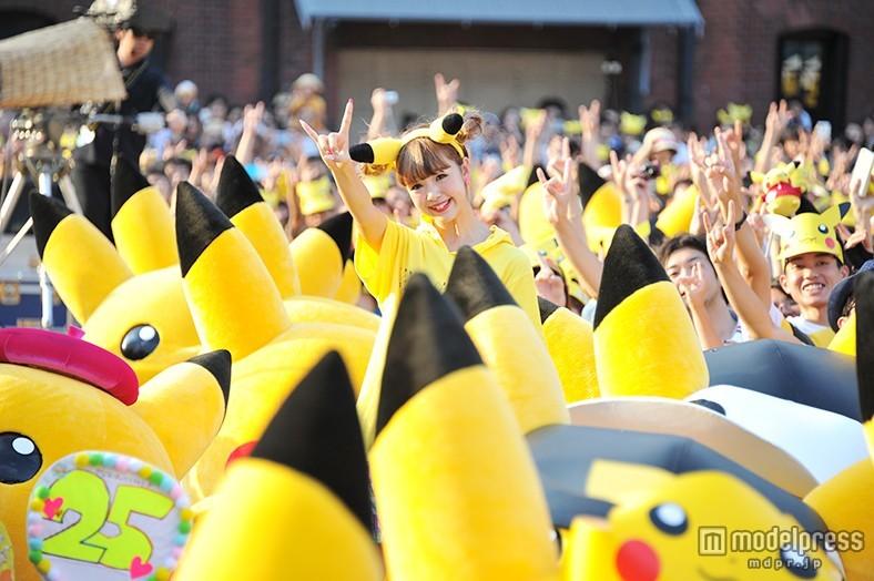 藤田ニコル、50匹のピカチュウと圧巻ダンス お揃いコーデで一面黄色に