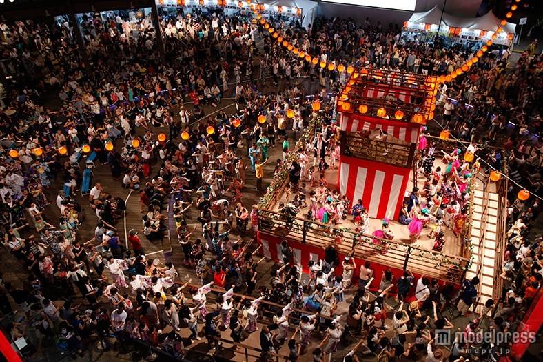 グルメ屋台も多数出店、過去最大規模の盆踊りでお祭り騒ぎ