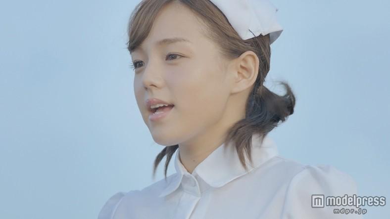 篠崎愛、圧巻の歌唱力に驚き ナース服×美声で男性を応援