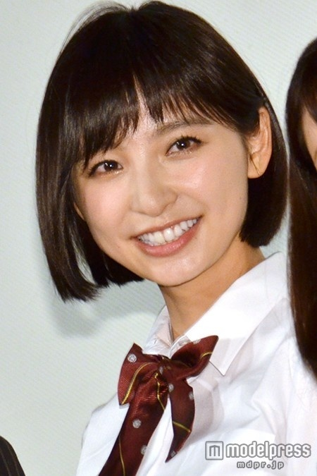 篠田麻里子、ミニスカ制服姿で恐縮「年甲斐もなく…」