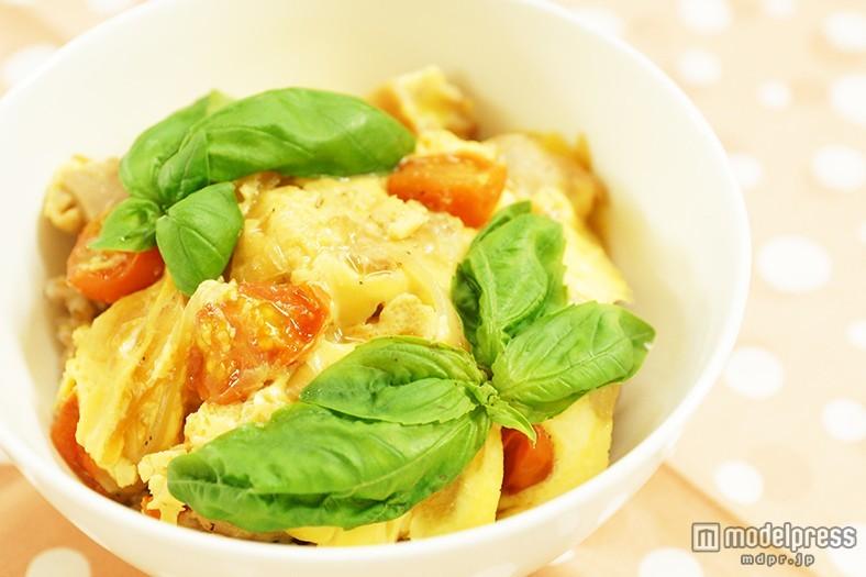 自宅で簡単!カフェ風ランチ「チーズとトマトの洋風親子丼」<レシピ>