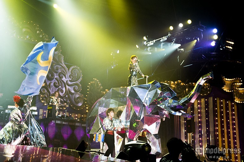 """浜崎あゆみ、全長2.5m""""巨大象""""の上で歌唱 自身史上最多の32曲披露でファン熱狂<ライブレポ>"""