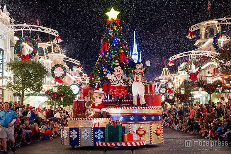 """米ディズニー、美しすぎる""""輝き""""の世界にうっとり クリスマスムード満点のパーク"""