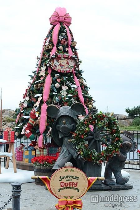 ディズニーシー、新しいクリスマスツリー登場 輝くイルミネーションで幻想的な雰囲気に<写真特集>