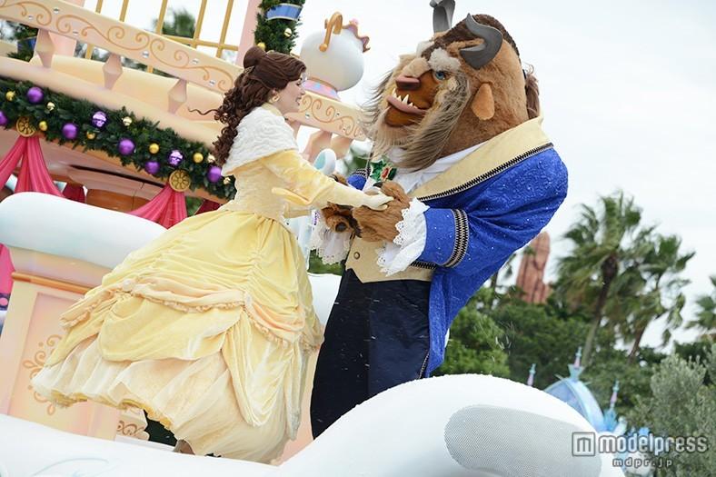 ディズニーランド「美女と野獣」が魅せる幻想的なクリスマスにうっとり