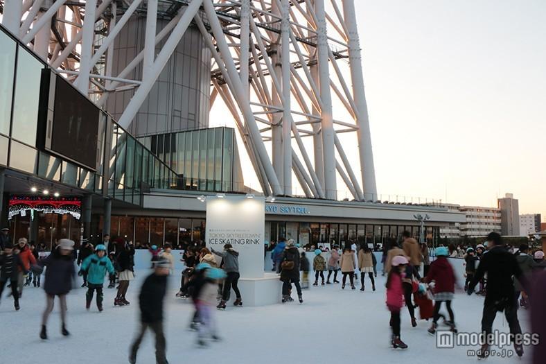 東京スカイツリーを見上げて滑るスケートリンクがオープン