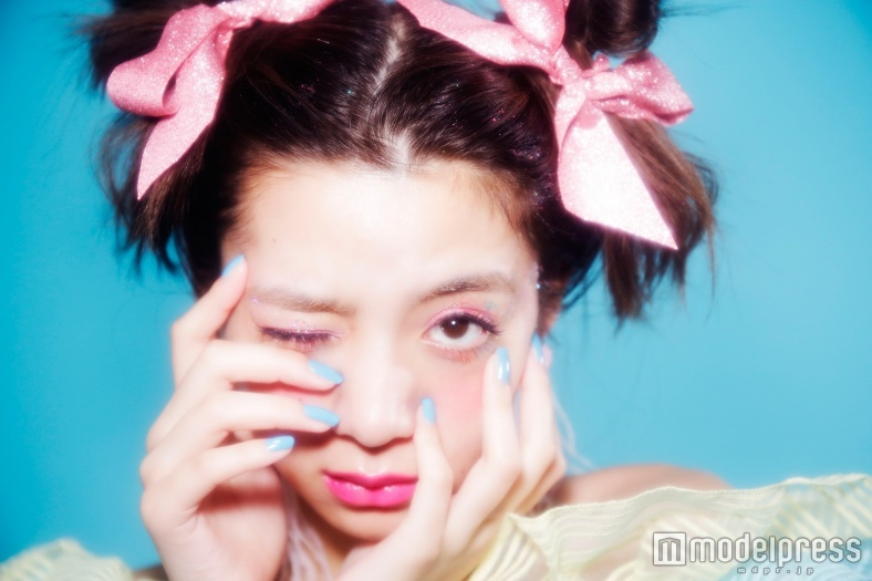 """池田エライザ、ツヤっぽくて甘い""""CANDY MAKE""""で変身 人気ヘアメイクYUZUKOと初コラボ"""