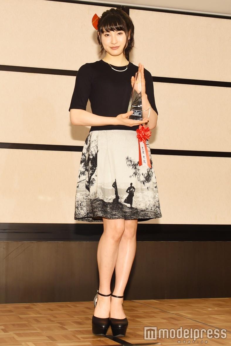 土屋太鳳、田中圭と選んだ個性派ワンピで晴れの舞台 大人シックにドレスアップ<ファッションチェック>