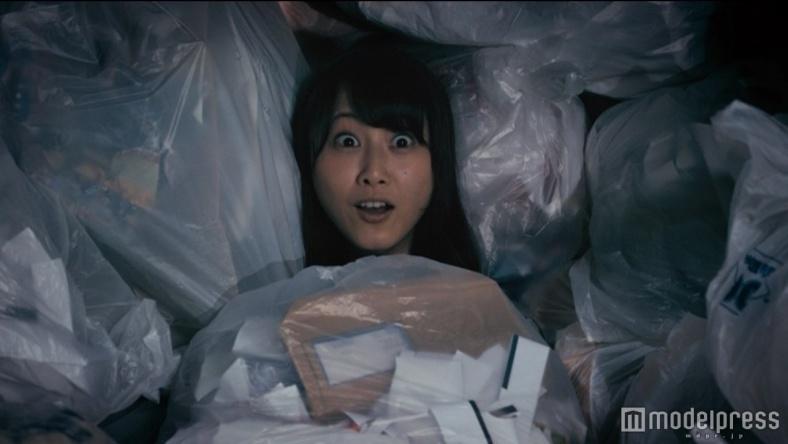 """ゴミに埋もれる松井玲奈「後悔なんてしてません」 """"笑撃""""の暴走ぶりが好評「楽しそう」"""