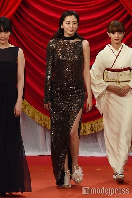 長澤まさみ、大胆露出のSEXYドレスで圧巻オーラ 「夢のような時間」を振り返る<第39回日本アカデミー賞>