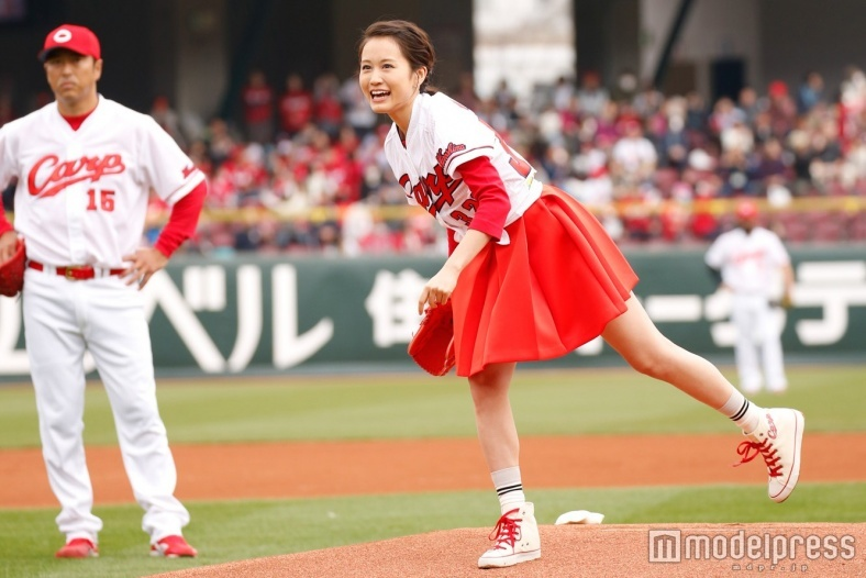 前田敦子、ミニスカで生足披露 初単独始球式もノーバンならず照れ笑い