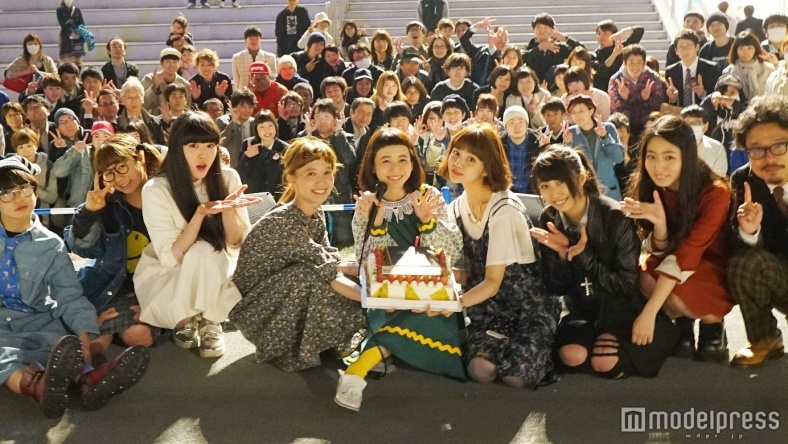 三戸なつめ、歌手デビュー1周年 柴田紗希・村田倫子らがサプライズで祝福