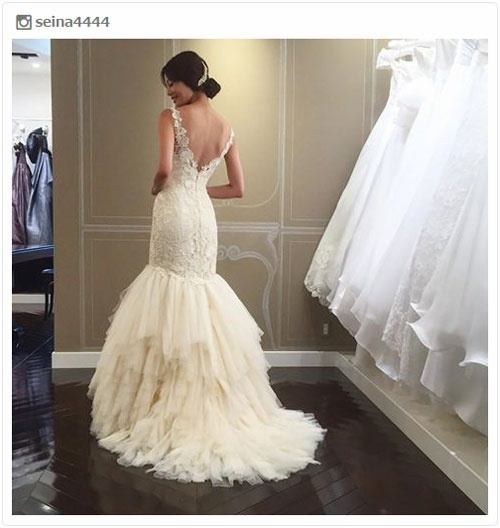 島袋聖南、美背中ざっくりウェディングドレスに「めっちゃキレイ」「美しい」