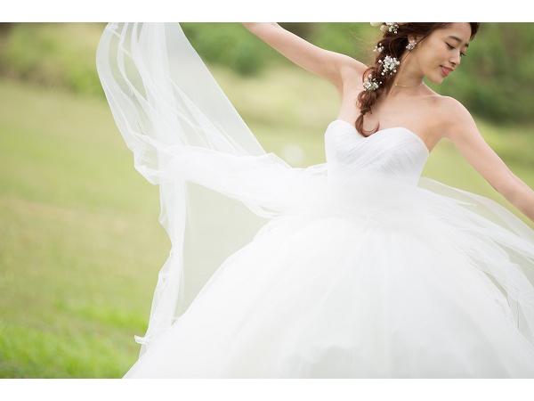 """""""幸せすぎるハワイ挙式""""がSNSで話題に!モデル近藤千尋が自ら手がけたウェディングドレスに注目!"""