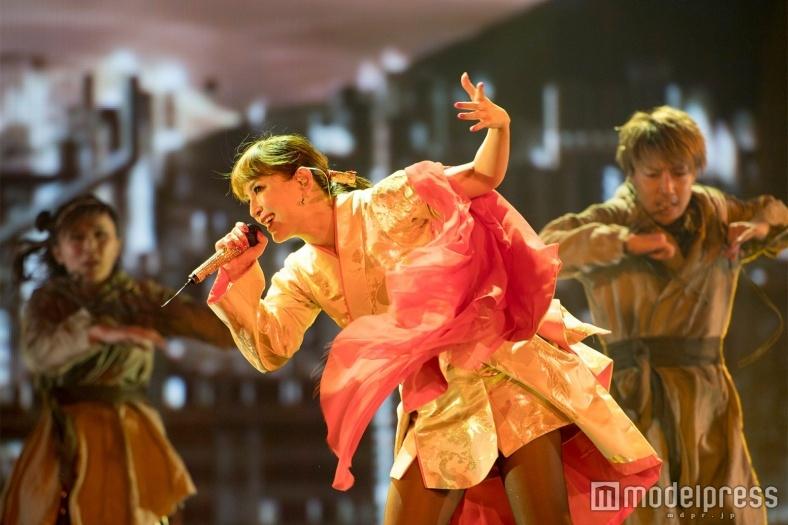 浜崎あゆみのアリーナツアー開幕 デビュー以来初の試みに熱狂