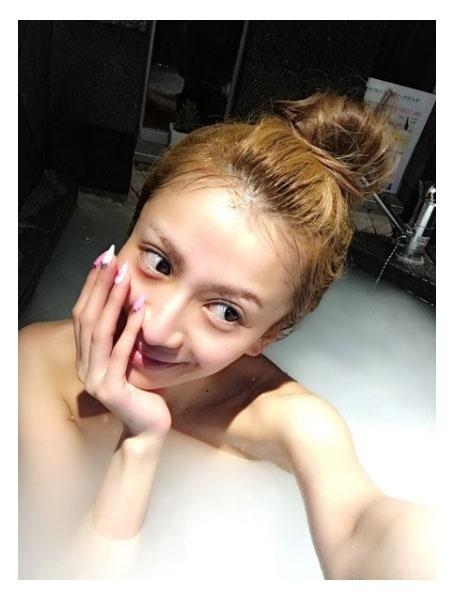 """No.1キャバ嬢モデル兼社長""愛沢えみり、すっぴん入浴ショットにファン歓喜「美肌が神々しい」"