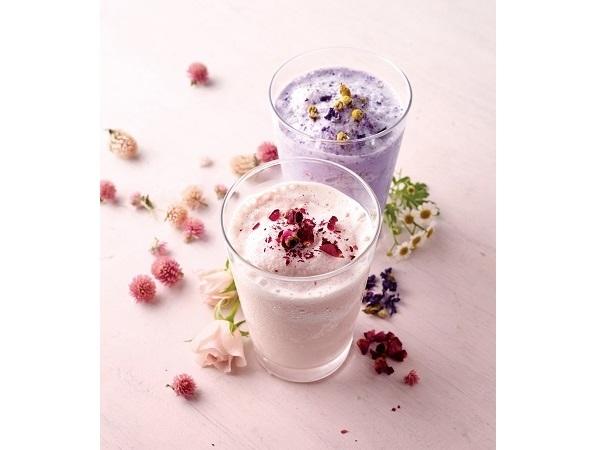 """夏ガールのお愉しみ♡アフタヌーンティー・ティースタンドで、""""お花畑""""みたいなひんやり冷たいミルクティースムージーをゲットして!"""