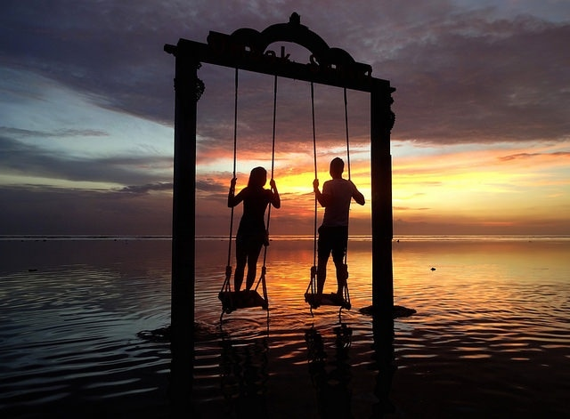 SNSでも話題!夕陽に浮かぶギリ島の絶景ブランコが感動的な美しさ