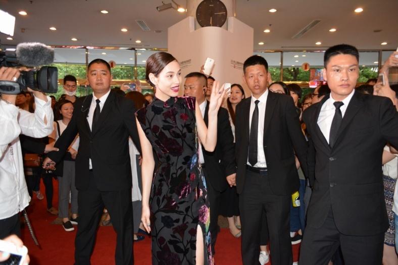 水原希子、SEXYスリットドレスで降臨 上海語メッセージにファン歓喜