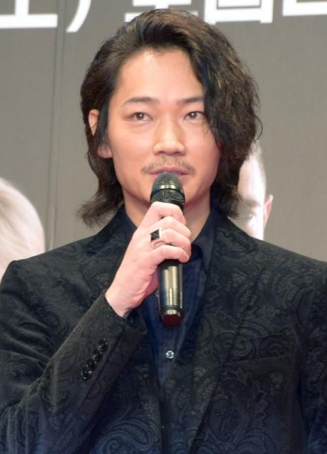 綾野剛、プロ声優との差を実感「凄みを体感しました」
