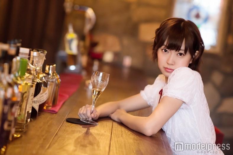 渡辺美優紀、ワイン片手に大人の色気漂う「女のひとりバー飲み」気になる疑問をマスターに聞く<みるきー オトナ行き Vol.39>