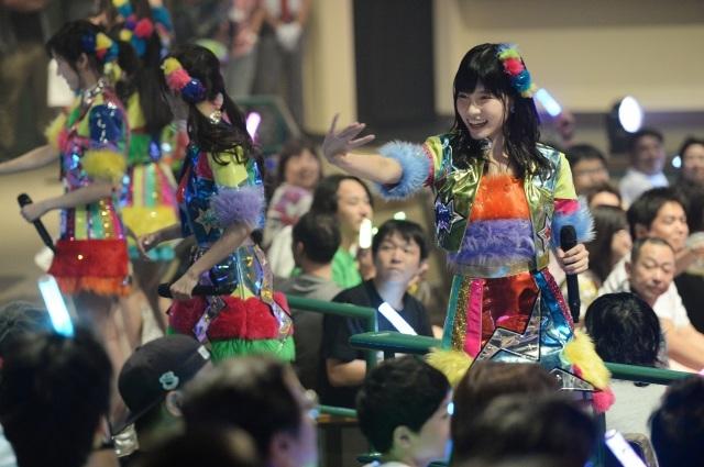 "AKB48、USJ""常駐""ライブ開幕 「近すぎ」で家族連れ興奮"