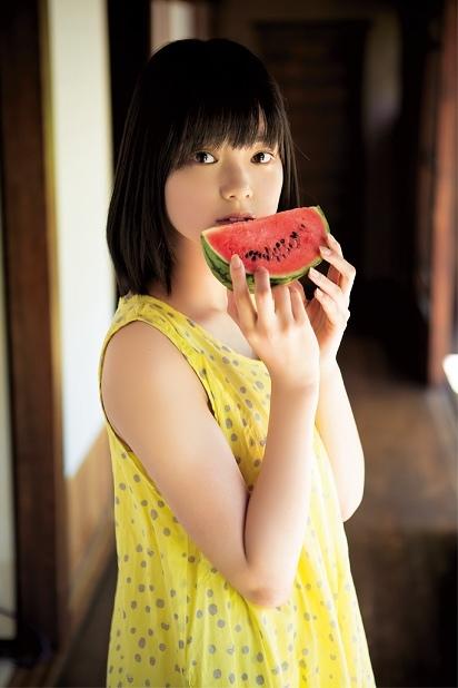 欅坂46・平手友梨奈、最新グラビアは「15歳の夏休み」