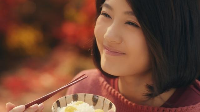 """有村架純、秋の味覚を満喫 いつもより""""食いしん坊""""な理由は?"""