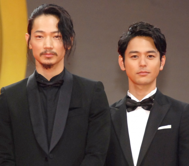 綾野剛、恋人役の妻夫木聡に感謝「過言ではなく心から」 ステージで熱い抱擁