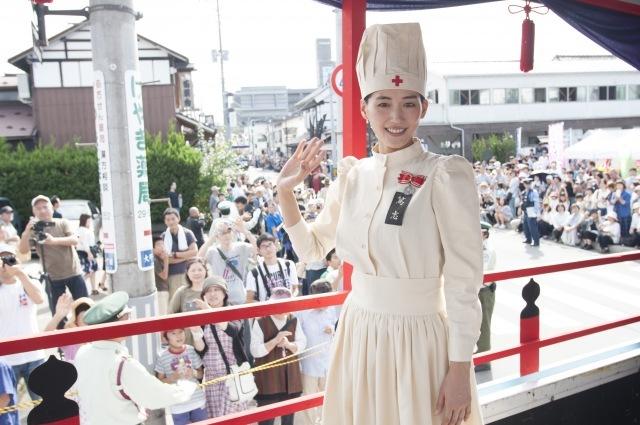 綾瀬はるか、3年連続「会津まつり」参加 大河ドラマの看護服姿でパレード
