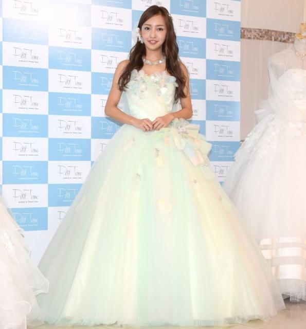 板野友美、ウェディングドレス姿を披露「いつかは結婚式を挙げたい」