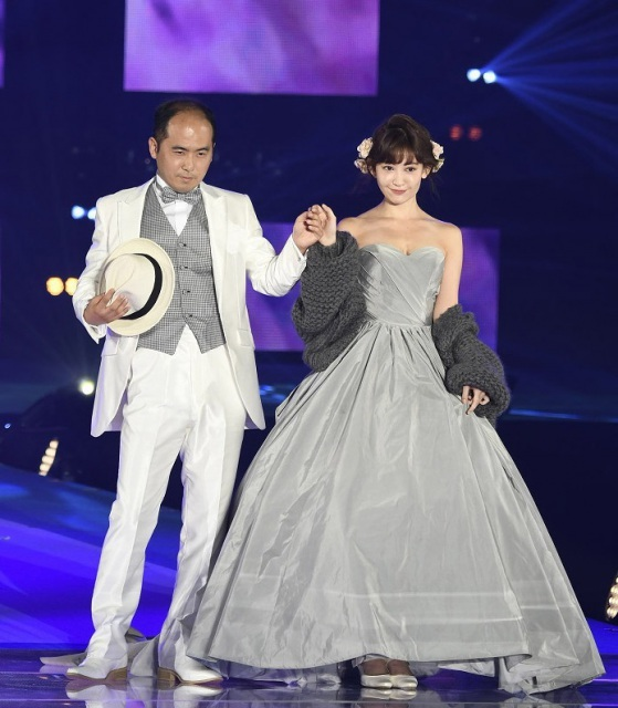 【GirlsAward】小嶋陽菜&トレエン斎藤、結婚式風ランウェイ