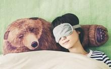 抜群の癒やし!クマが腕枕をしてくれるデザインピローがかわいい