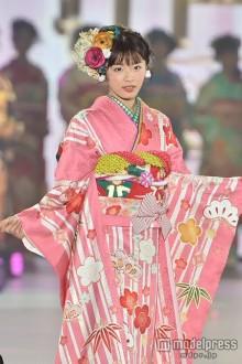 「Seventeen」古畑星夏、ピンクの華やか着物で透明感際立つ<関コレ2015A/W>