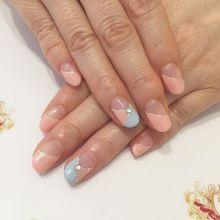 指が綺麗に見える変形フレンチ→ショートネイル派にもオススメの斜めフレンチネイルデザイン