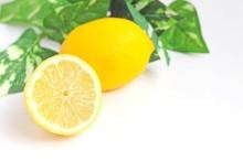 異彩を放つフルーツモチーフ。レモン柄ネイルでボタニカルな彩りを♪