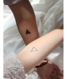 何故かお洒落に決まっちゃう。三角形アートが可愛いネイル集めたよ♡