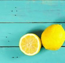 ボタニカルなレモン柄で、ちょっぴり大人なフルーツネイルに。