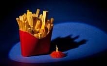 フライドポテトは摩天楼?世界の街を食べ物で表現したアートが面白い