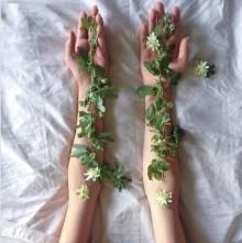 """トレンドは指先に落としこむ!大人の花柄ネイルなら""""ボタニカル柄""""を選びたい。"""