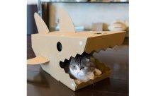 危機感ゼロ!?ジョーズの口で寛ぐにゃんこが可愛い猫ハウス